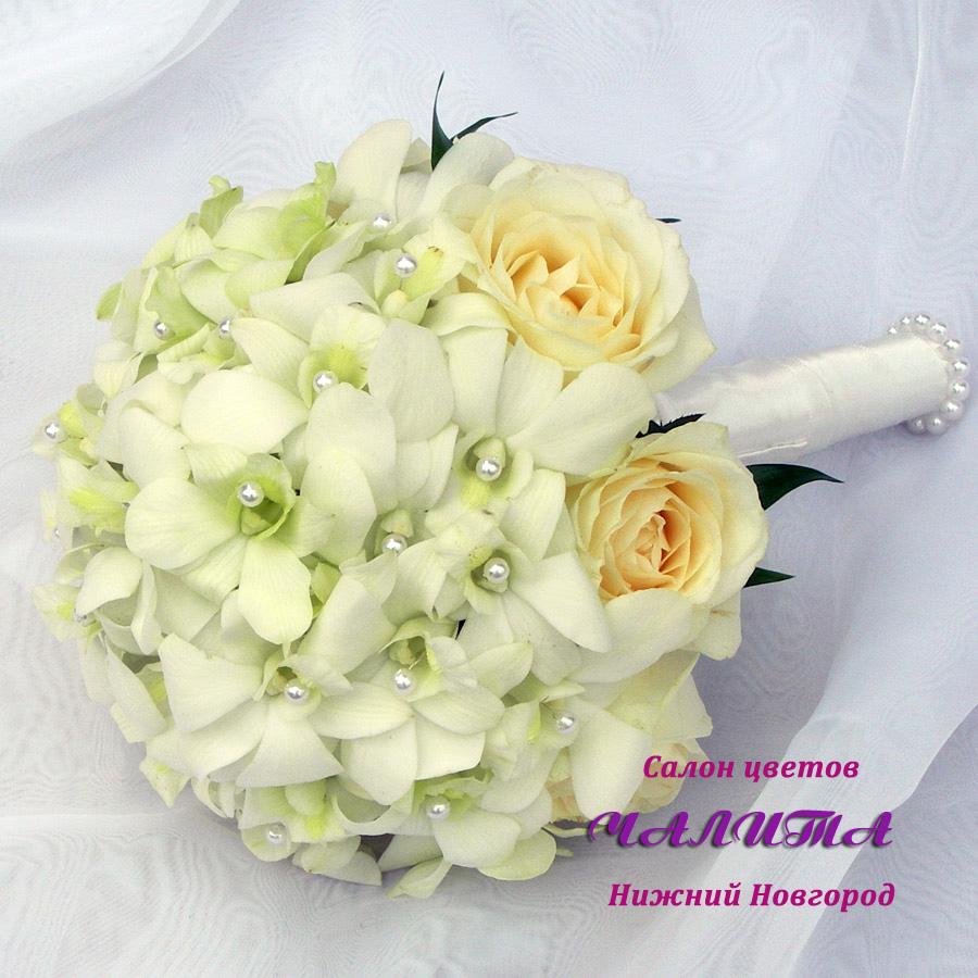 Букет невесты из белых роз и орхидей с