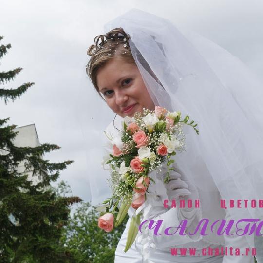 Букет невесты из лилий роз фрезий